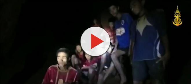 Oito garotos são retirados de caverna na Tailândia; cinco pessoas permanecem no local
