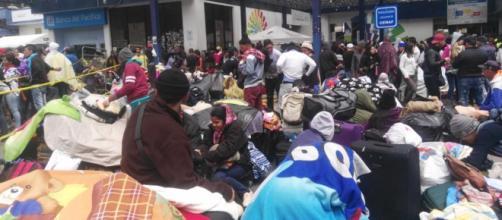 Miles de Venezolanos intentan cruzar las fronteras huyendo de su país