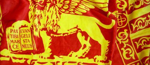 Veneto, la Lega propone: 'Bandiera di S. Marco per i nuovi nati' e scoppia la polemica