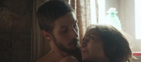 Rosa e Ícaro vivem cenas quentes e público comentta