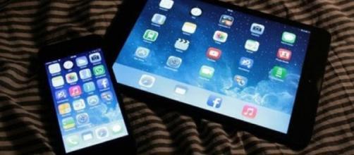 Smartphone, tablet e pc: la luce blu uccide l'occhio