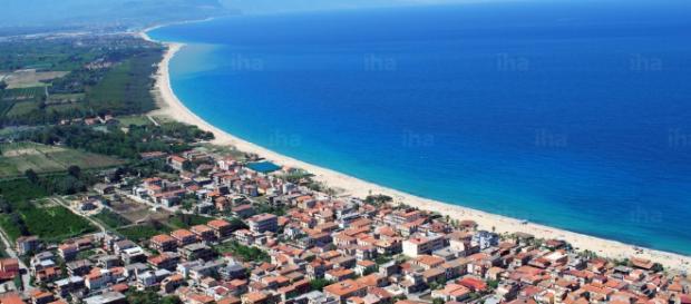 Sparatoria in spiaggia a Nicotera Marina (Vibo Valentia): uomo ucciso da un killer.