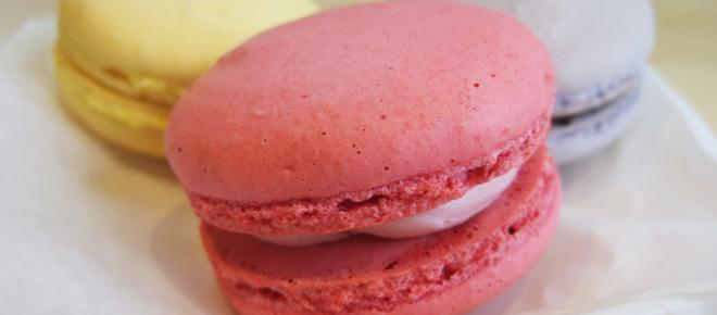 How to make French macarons filled with raspberry buttercream and other variations