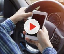 Toninelli pensa al ritiro della patente in caso di guida con il cellulare.