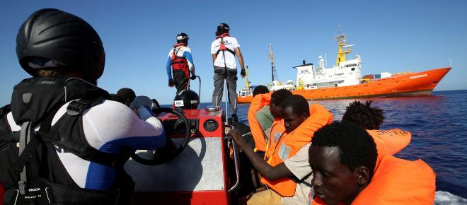 La ONG SOS Mediterráneo pide a Europa un puerto para desembarcar con los 141 rescatados