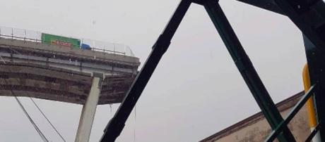 Genova, il ponte crollato sull'autostrada A10