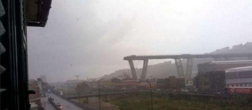 Ciò che resta del viadotto Morandi a Genova, pochi istanti dopo il crollo di oggi.