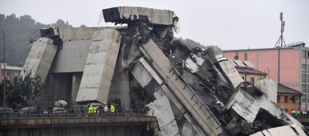 Colapsa un puente vehicular en Italia dejando varios muertos y heridos