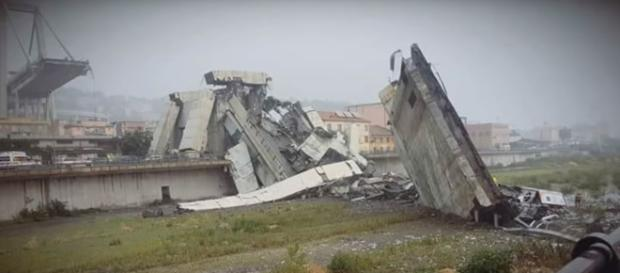 Le macerie del tratto di ponte crollato a Genova