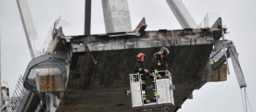 Rescatistas en el puente de Génova