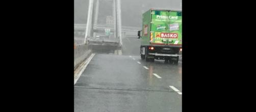 Scampato al crollo per pochi centimetri il camion della Basko
