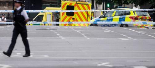 Un hombre estrella su coche contra el Parlamento británico