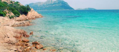 La isla de Cerdeña multará a los turistas que roben arena y piedras de la playa