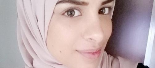 Farah Alhajeh, la giovane musulmana che ha rifiutato una stretta di mano durante un colloquio di lavoro.