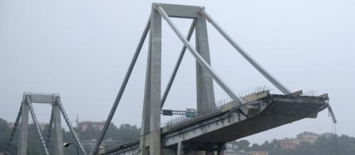 Crollo del ponte Morandi, i morti sono saliti a 43. Nel mirino i vertici di Autostrade e la famiglia Benetton azionista di maggioranza.