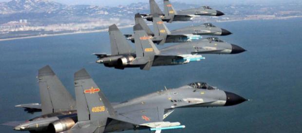 Aerei militari cinesi in esercitazione nelle acque del Pacifico