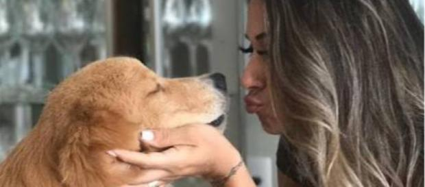 Ex-BBB Mayra Cardi e o cachorro doado