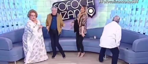 Apresentadores do Fofocalizando dançam no final do programa