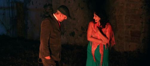 Mara e il figlio di Massaro Neri in una conversazione allegra