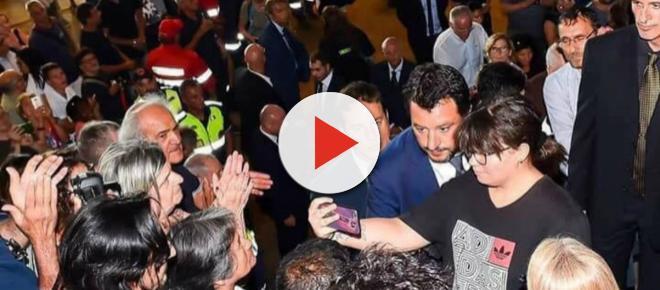 Crollo Ponte Morandi, Salvini criticato per un selfie concesso ai funerali di Stato