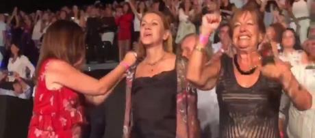 María Dolores de Cospedal lo da todo bailando en Starlite
