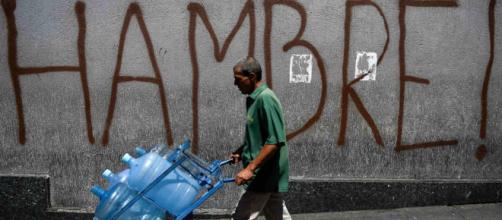 Ciudadanos cargan con botellas de agua debido a escasez