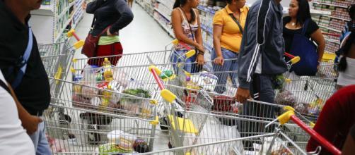 Supermercados de Caracas sufren fuerte escasez de productos