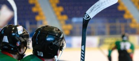 A group of ice hockey players. [Image via PhotoMIX-Company - Pixabay]