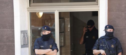 Los Mossos abaten a un hombre que entró en una comisaría al grito ... - libertaddigital.com