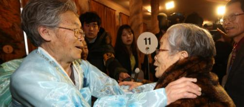 Plusieurs dizaines de familles de Corée du Sud et de Corée du Nord ont eu le droit de se retrouver après plusieurs décennies de séparation.