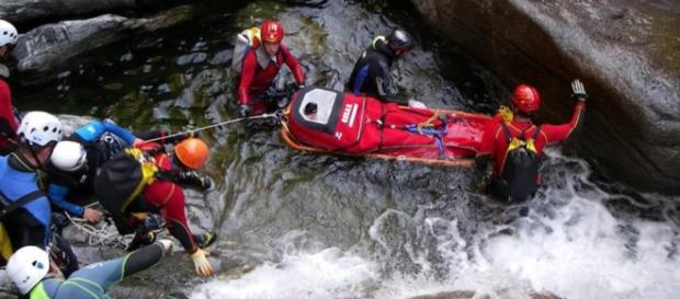 Un momento di salvataggio lungo le acque di torrente