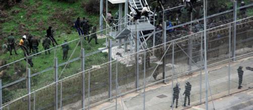 CEUTA/ Cerca de 200 inmigrantes subsaharianos han logrado saltar la valla fronteriza