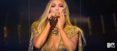 Jennifer Lopez nos VMAs [Imagem via YouTube/ MTV]