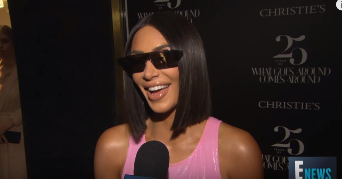 bf7ffd50d Kim Kardashian usa vestido muito curto e mostra roupa interior modeladora