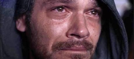 Beto Falcão reaparece e é revelado por Valentim durante um show.