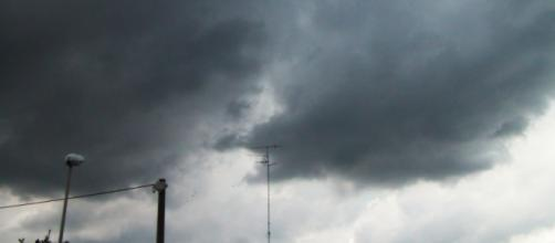 Maltempo, un cartello sulla superstrada Firenze-Pisa-Livorno cade sulla carreggiata