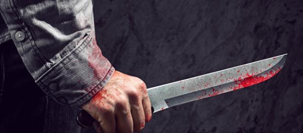 foto di una mano che impugna un coltello
