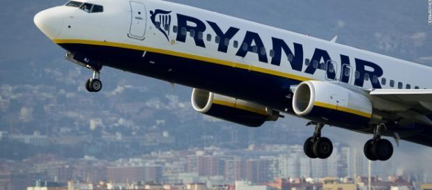 Ryanair: dal primo novembre addio al bagaglio a mano gratis. Unica eccezione concessa: una mini borsa o un piccolo zaino.