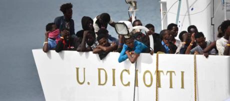 I migranti della Diciotti sbarcheranno in Italia, si sblocca la situazione al molo di Catania