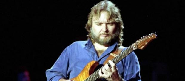Ed King, former guitarist with Lynyrd Skynyrd has died at the age of 68. [Image @fermontyvila/Twitter]