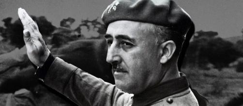 Sánchez logra la aprobación de la Ley que permitirá la exhumación de los restos de Franco