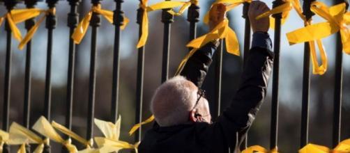 Las autoridades de Cataluña no consideran ningún crimen colocar los lazos amarillos
