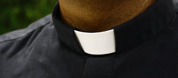 Avances e sms hot ai fedeli: rimosso sacerdote della diocesi di Avellino
