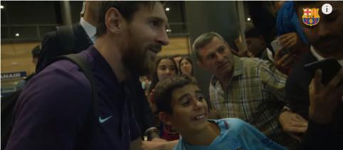 Leo Messi com um fã [Imagem via YouTube/ FC Barcelona]