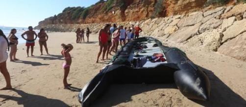 Una patera pequeña ha desembarcado en una playa llena de bañistas en Chiclana