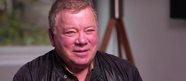 William Shatner brinda entrevista.