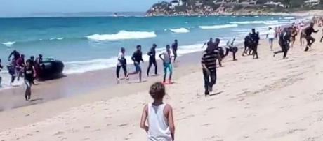 Migranti sbarcano su una spiaggia spagnola