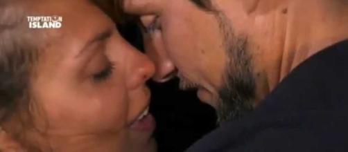 Andrea bacia un'altra donna e non è Martina