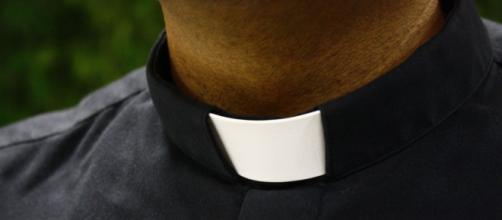 Avellino, sacerdote allontanato dalla sua parrocchia dopo sms hot | leccenews24.it