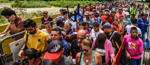 El 83% de los venezolanos emigra por motivos laborales y el 32% por falta de alimentos